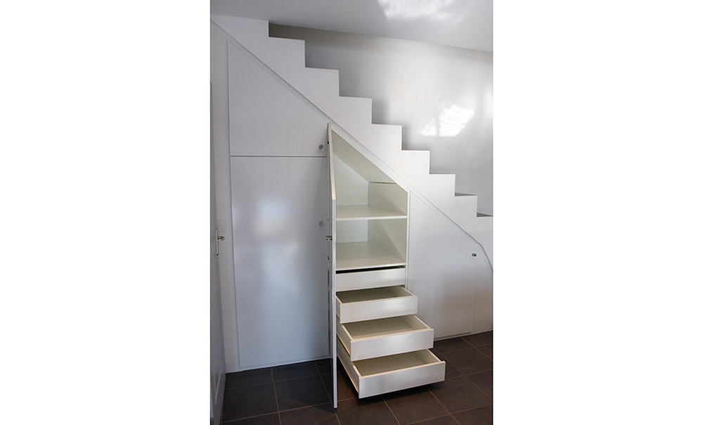 installation-placard-sous-escalier-sur-mesure