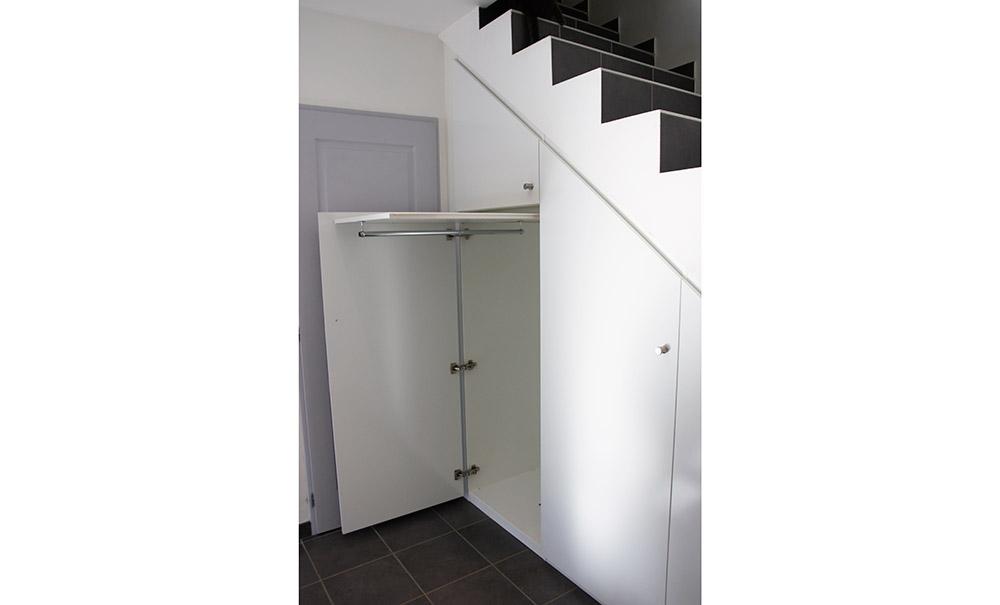 installation-placard-sur-mesure-sous-escalier