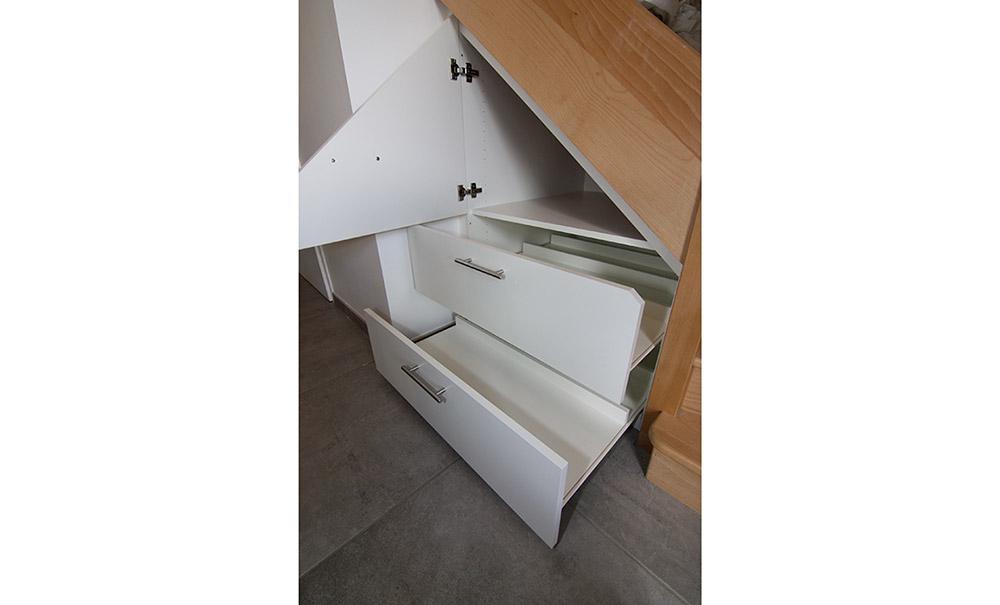 placard-sous-escalier-sur-mesure-1