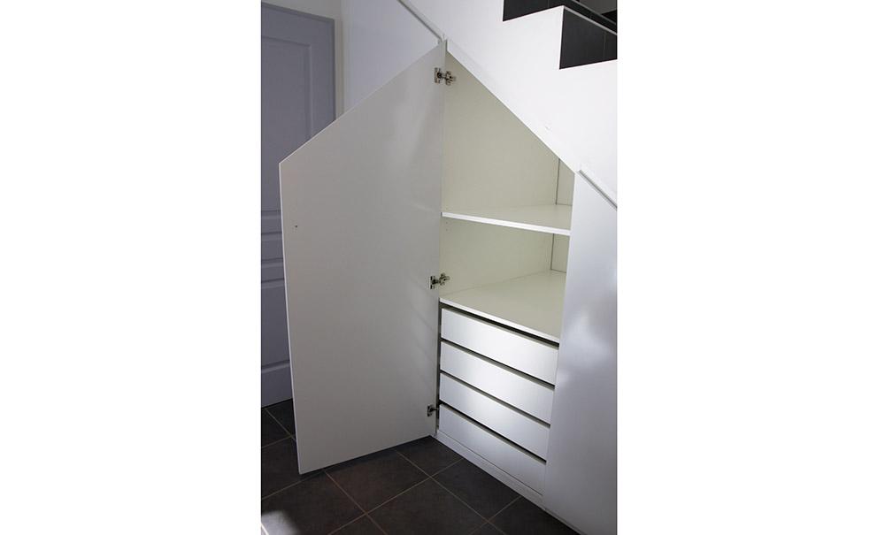 placard-sur-mesure-sous-escalier