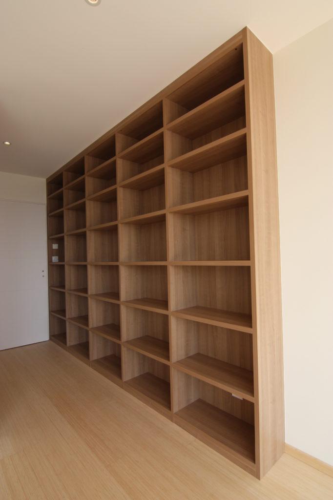 Installation grande bibliothèque bois