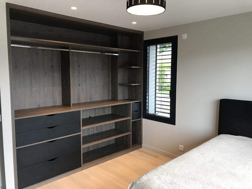 Grand dressing bois dans une chambre