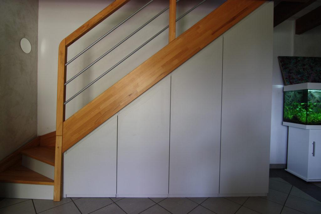 Petit placard blanc sous escalier