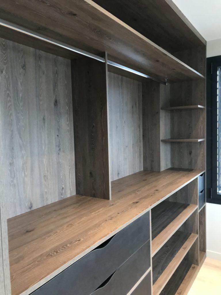 Grand dressing bois dans une chambre 2