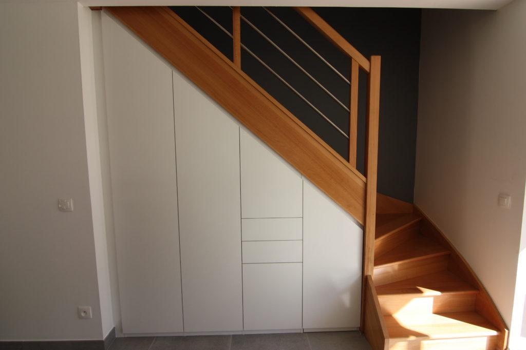 Grand placard sous escalier en bois