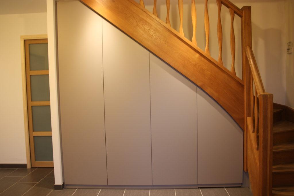 Placard sous escalier en bois ancien