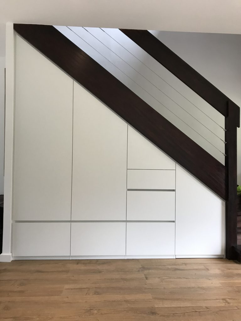 Placard sous escalier blanc