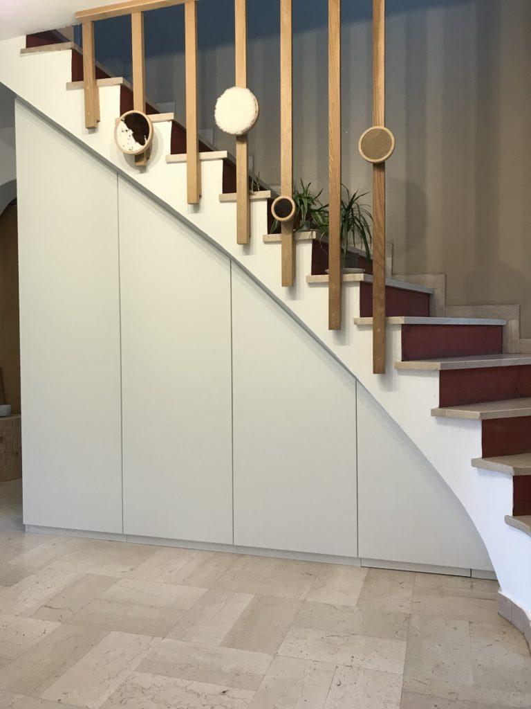 Grand placard blanc sous escaliers